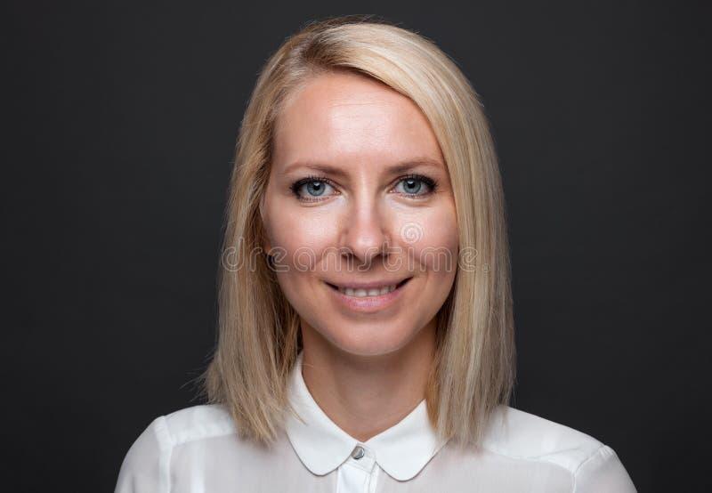 Headshot av den unga och lyckliga affärskvinnan arkivfoto