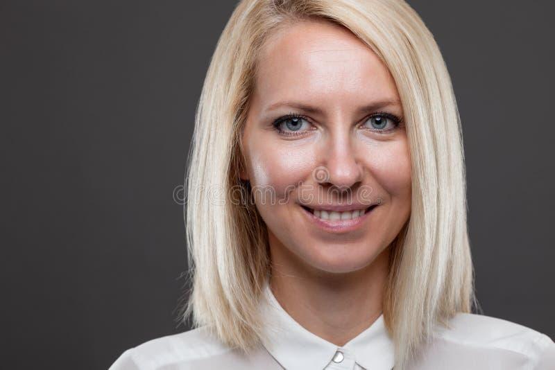 Headshot av den unga och lyckliga affärskvinnan royaltyfri foto