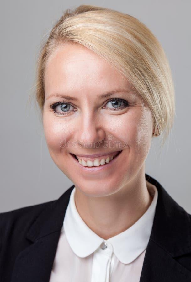 Headshot av den unga och lyckliga affärskvinnan royaltyfri bild