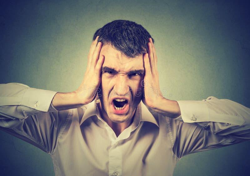Headshot av en skrikig stressad man royaltyfri fotografi