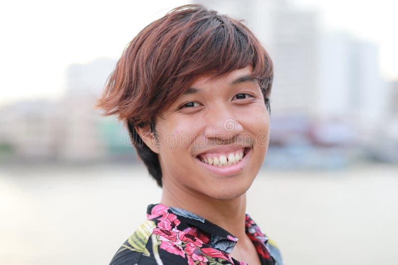 Headshot av lyckligt manligt thailändskt tonårigt royaltyfria bilder
