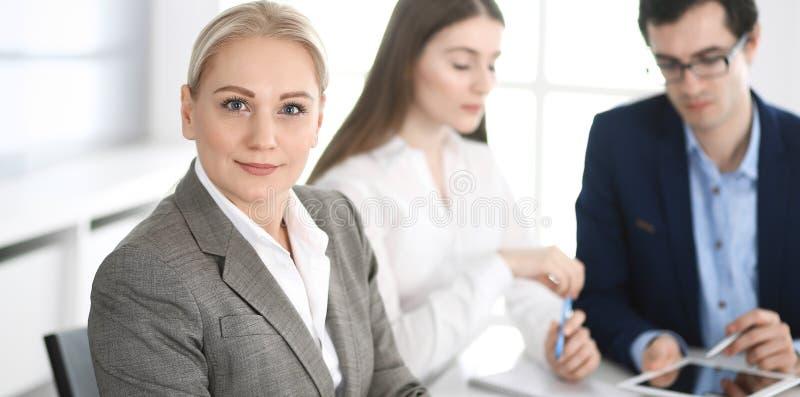 Headshot biznesowa kobieta przy negocjacj? Grupa ludzie biznesu dyskutuje pytania przy spotkaniem w nowo?ytnym biurze fotografia royalty free