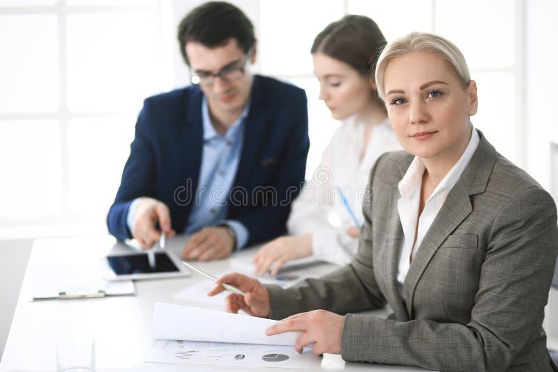 Headshot biznesowa kobieta przy negocjacj? Grupa ludzie biznesu dyskutuje pytania przy spotkaniem w nowo?ytnym biurze obrazy stock