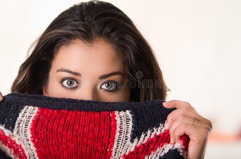 Headshot brunetki atrakcyjnej okładzinowej kamery jej twarzy z brytyjską flaga nakrywkowa połówka deseniował odzież, biały studio obrazy stock