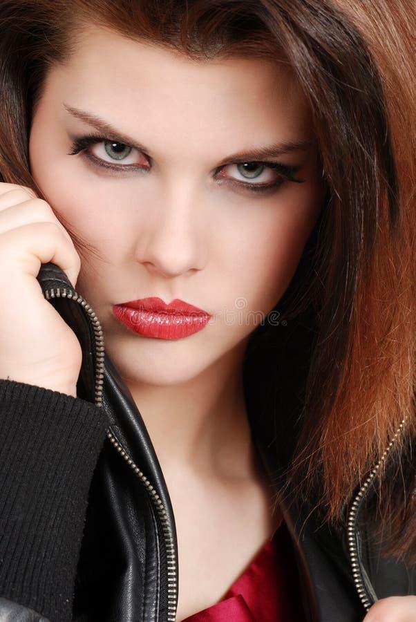 Headshot Brunettefrau mit Lederjacke lizenzfreie stockfotos