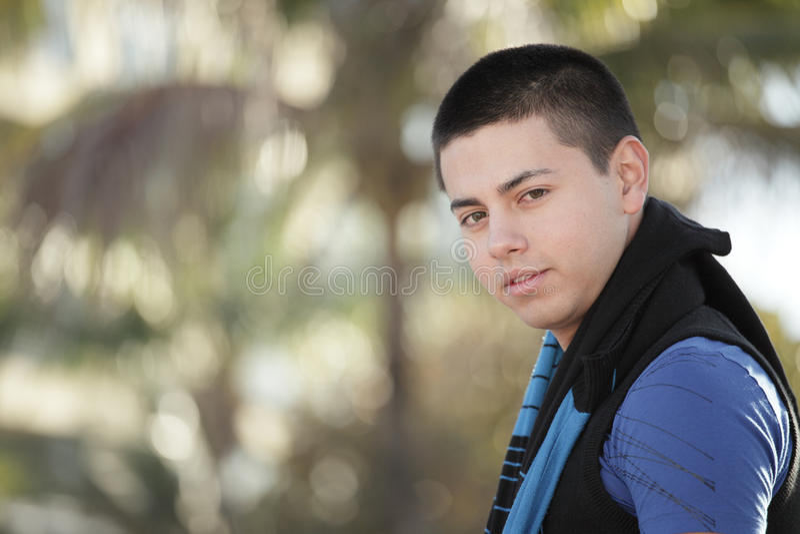 Headshot d'un jeune homme beau photographie stock libre de droits