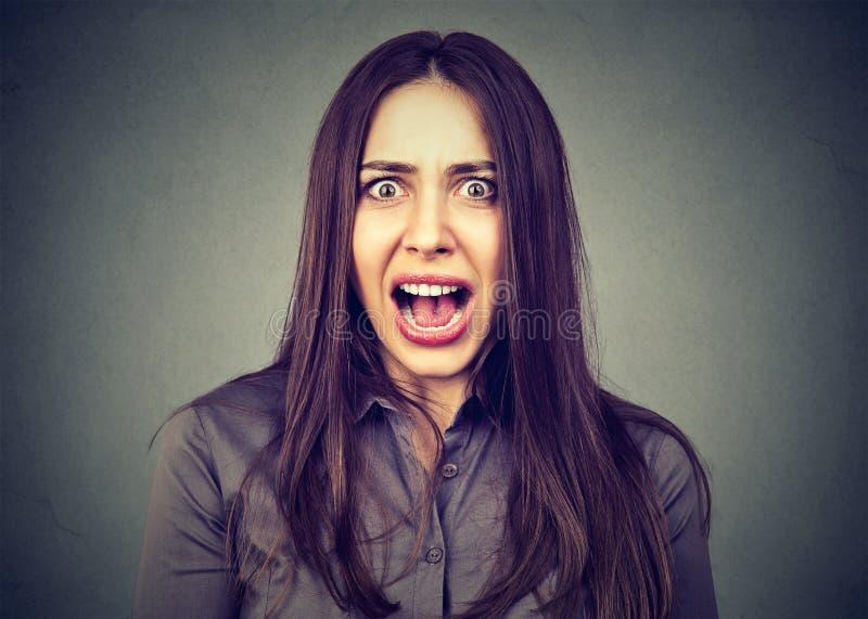 Headshot d'une femme fâchée contrariée criant image libre de droits