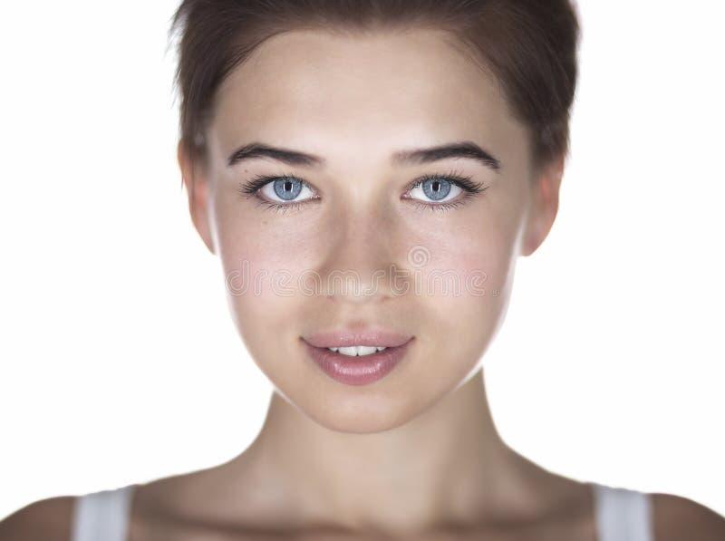 Headshot d'une jeune femme attirante d'isolement sur le backgrou blanc photos stock