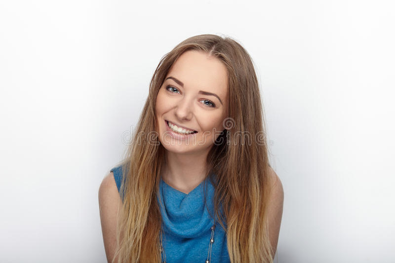 Headshot da mulher loura adorável nova com sorriso bonito no fundo branco imagens de stock