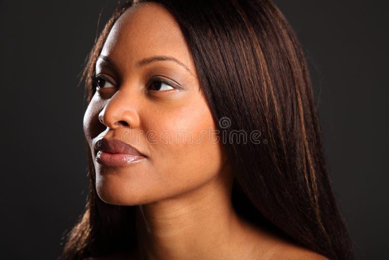 Headshot de belle femme de couleur renversante images stock