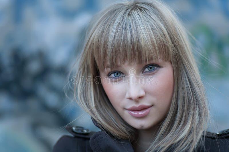 Headshot de cabelo louro encantador das mulheres imagem de stock royalty free