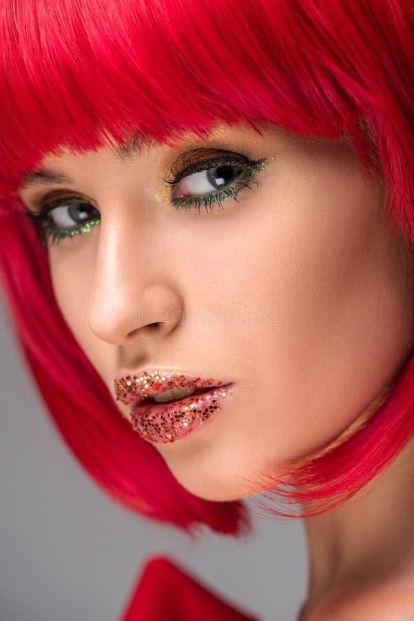headshot de femme attirante avec les cheveux rouges et de scintillement sur le regard de visage image libre de droits