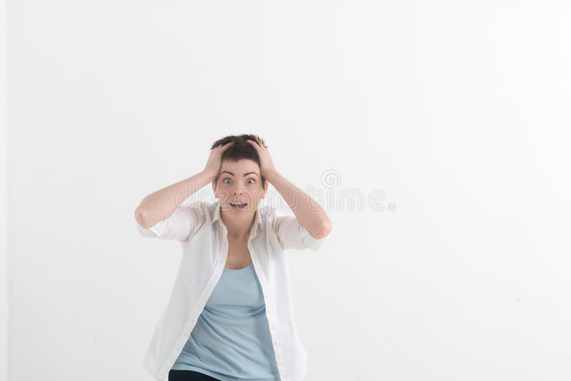 Headshot de la fille couverte de taches de rousseur caucasienne hysterique d'étudiant regardant de désespoir et la panique, étant image libre de droits