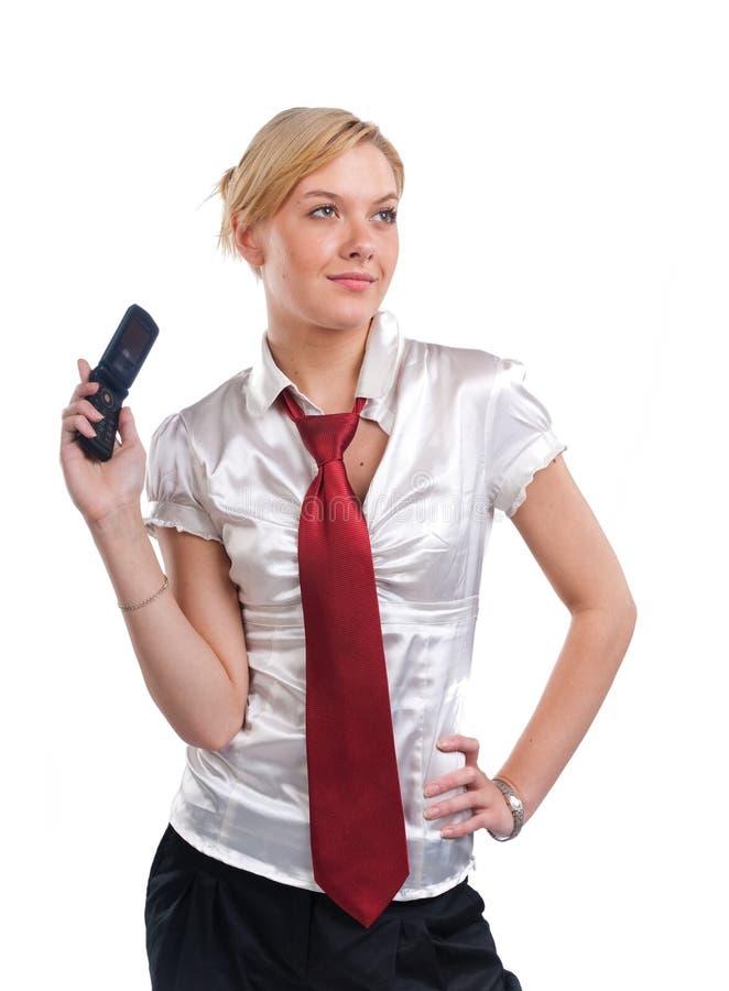 Headshot de la mujer rubia joven con el teléfono móvil imagenes de archivo