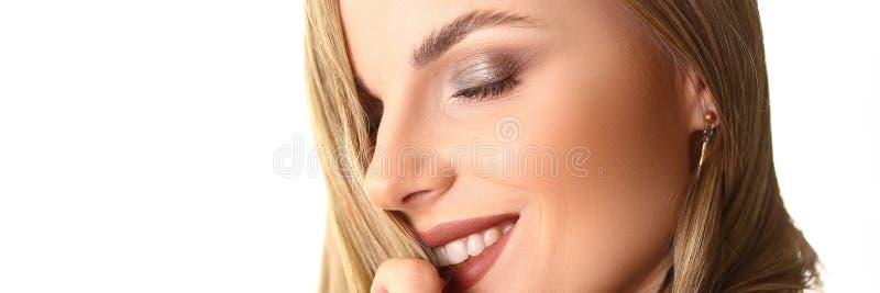 Headshot de plan rapproch? de mod?le femelle caucasien de beaut? images stock