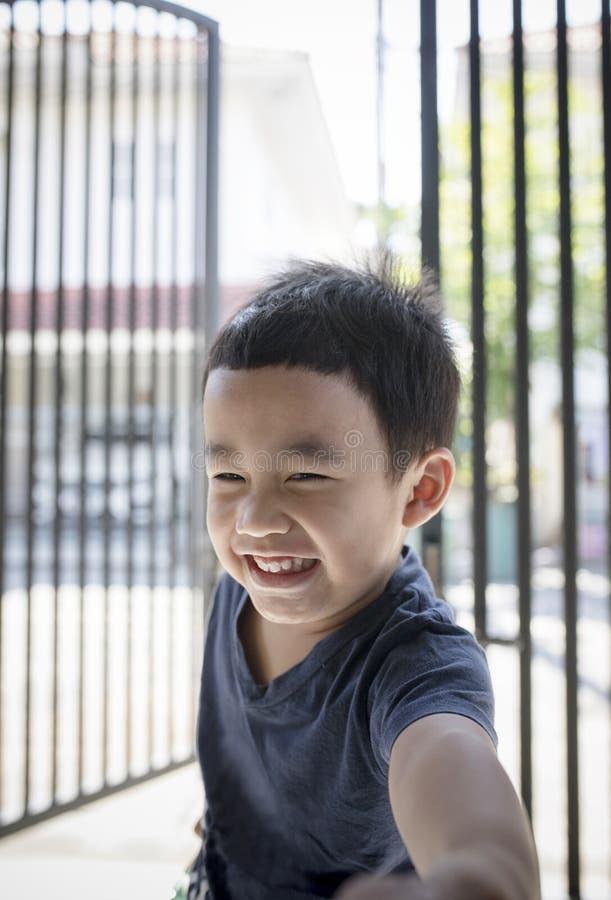 Headshot de portrait des happines de sourire toothy de visage d'enfants asiatiques photos stock
