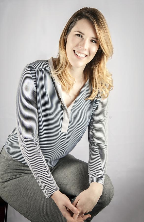 Headshot de sorriso novo da mulher de negócio imagens de stock