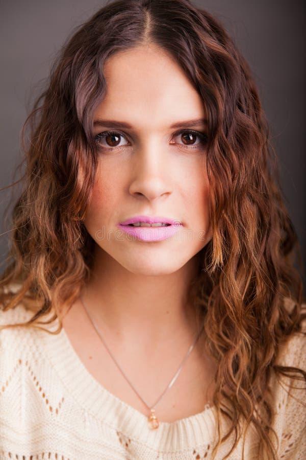 Headshot de una muchacha latina linda foto de archivo libre de regalías