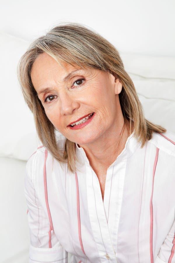 Headshot der attraktiven älteren Frau lizenzfreie stockfotografie
