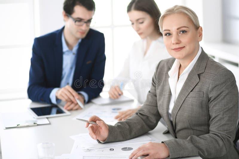 Headshot der Geschäftsfrau an der Verhandlung Gruppe Gesch?ftsleute, die Fragen am Treffen im modernen B?ro besprechen lizenzfreie stockbilder