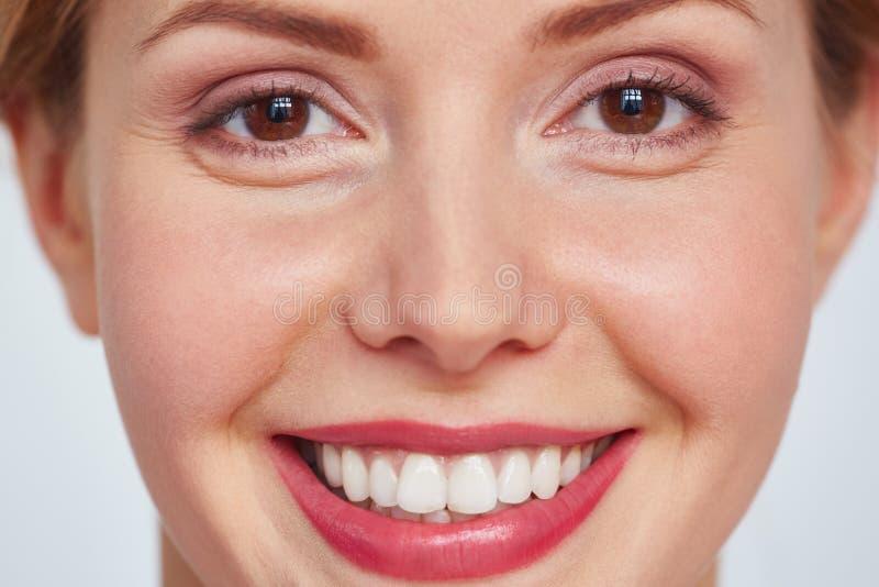 Headshot der lächelnden hübschen Frau stockfotos