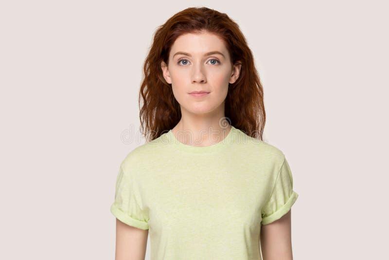Headshot der rothaarigen jungen Frau, die für Bild aufwirft stockbilder