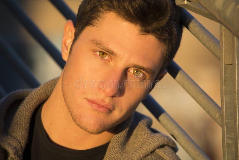 Headshot des attraktiven jungen Mannes bei Sonnenuntergang lizenzfreies stockfoto