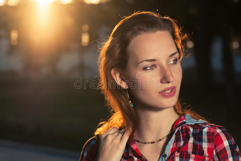 Headshot des femmes d'une chevelure de gingembre éclairées à contre-jour photographie stock libre de droits
