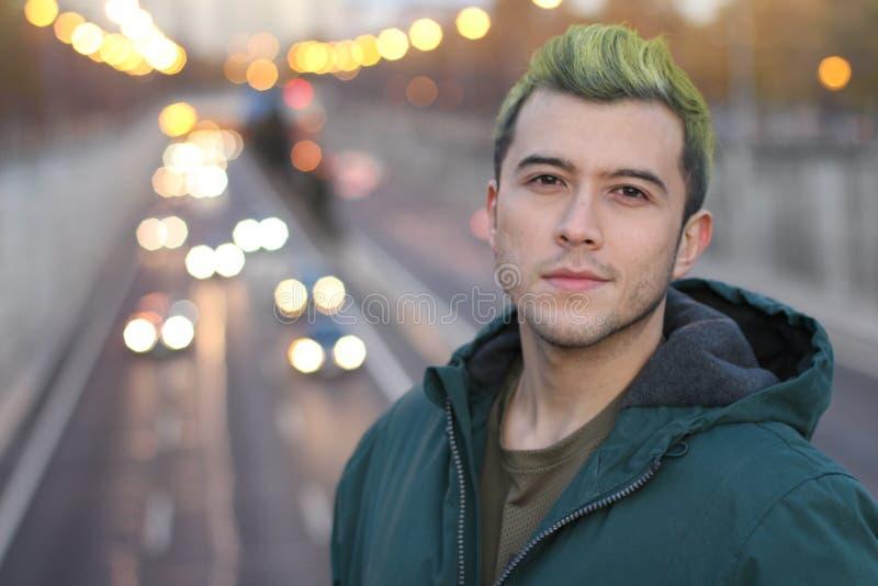 Headshot des hübschen grünen behaarten Kerls, der in der Stadt lächelt stockfotos