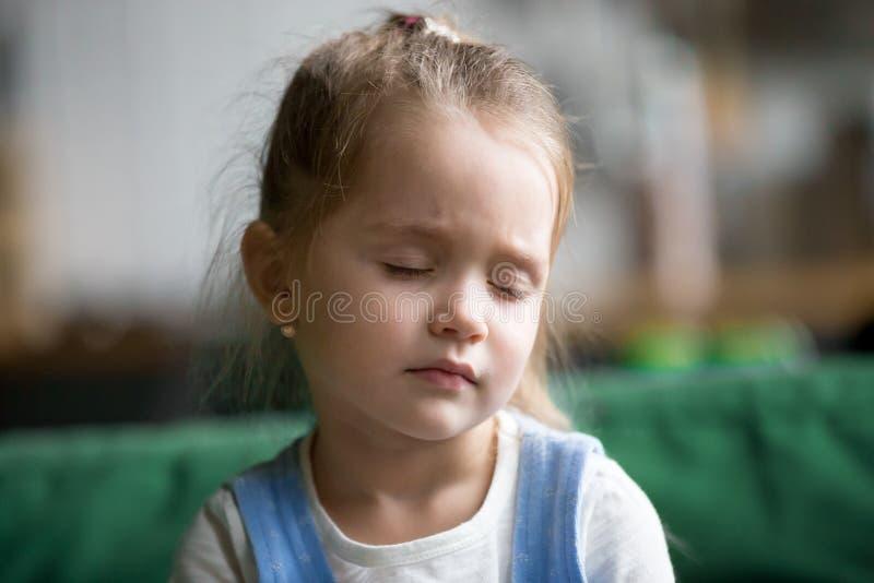 Headshot des kleinen Mädchens des Umkippens, das traurig, müde oder schläfrig sich fühlt lizenzfreie stockfotografie