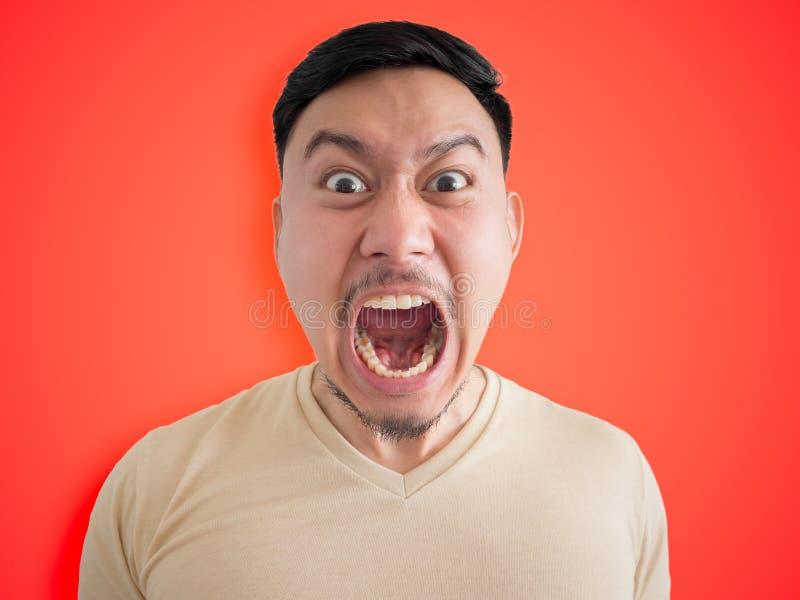 Headshot des verärgerten und wütenden Gesichtes des asiatischen Mannes lizenzfreies stockbild