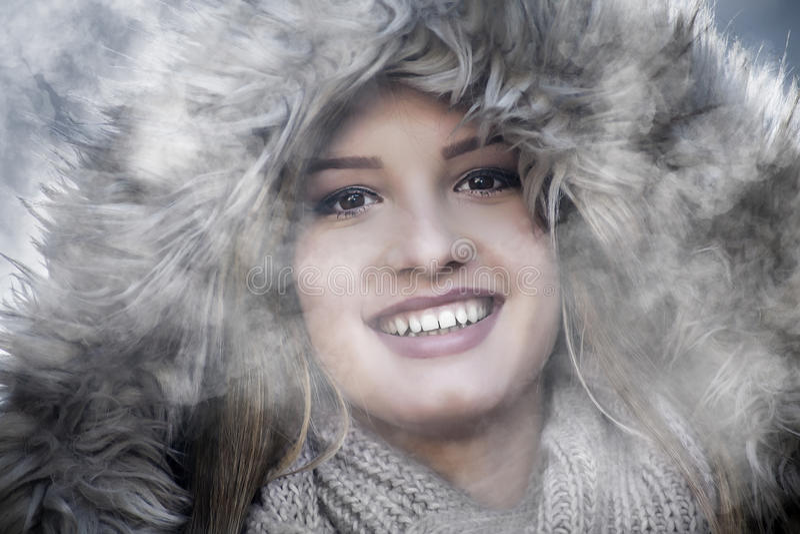 Headshot do agirl que sorri no inverno foto de stock royalty free