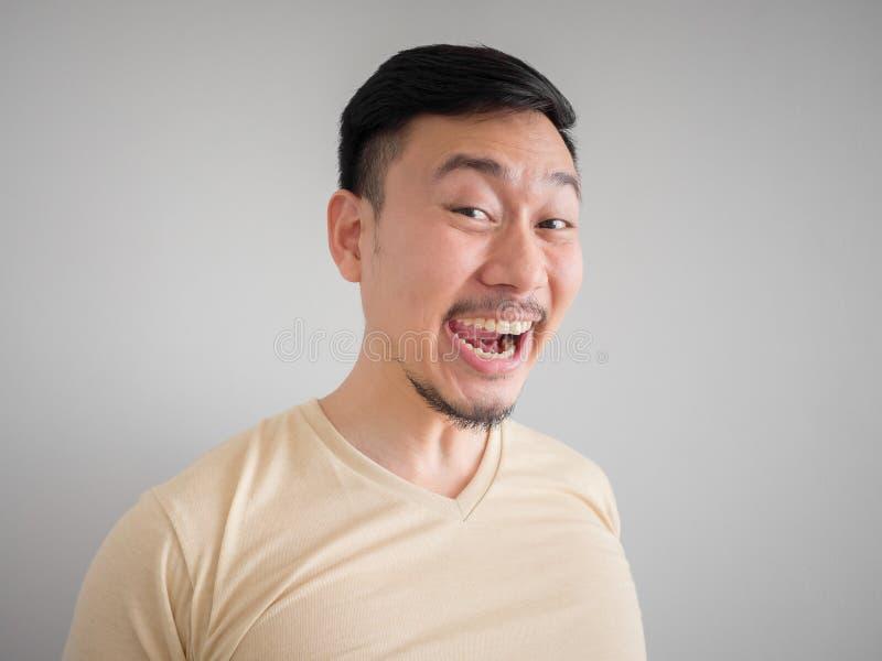 Headshot do homem asiático de riso louco imagem de stock