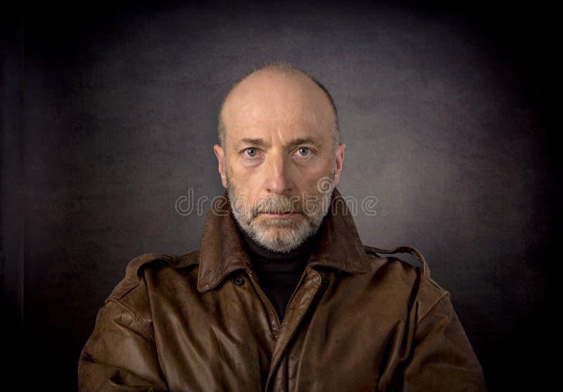 Headshot do homem no casaco de cabedal imagens de stock royalty free