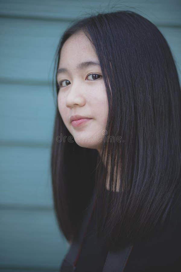 Headshot do retrato do adolescente asiático que olha com contato de olhos à câmera imagens de stock royalty free