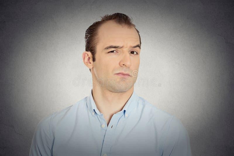 Headshot fâché, homme fou, contrarié, sceptique, grincheux d'affaires image libre de droits