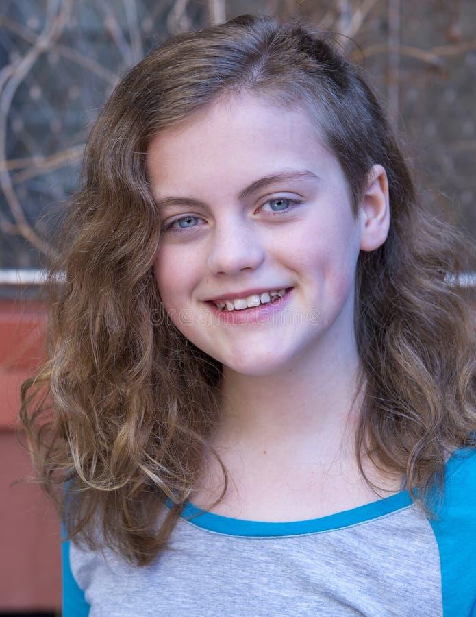 Headshot jedenaście roczniaka urocza dziewczyna z niebieskimi oczami zdjęcie stock