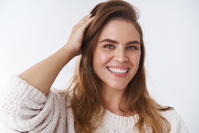 Headshot kobiety bieg charyzmatyczna powabna europejska ręka przez włosy sprawdza ostrzyżenie uśmiecha się niemądry śliczny flirt zdjęcie royalty free