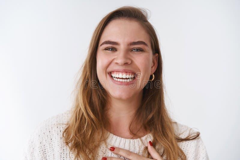 Headshot kobiety dorosłego skrótu szczery beztroski atrakcyjny radosny charyzmatyczny europejski ostrzyżenie śmia się za głośnym  fotografia stock