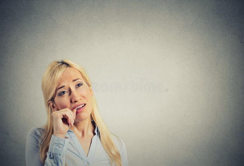 Headshot luie jonge vrouw Menselijke emotiehouding stock fotografie