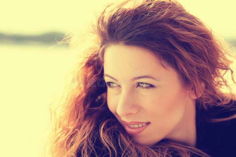 Headshot młoda rozochocona piękna kobieta outdoors obraz stock