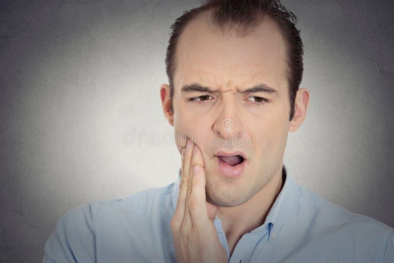 Headshot młody człowiek z wyczulonym ząb obolałości korony problemem zdjęcia royalty free