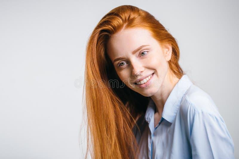 Headshot-Porträt des glücklichen Ingwermädchens mit Sommersprossen lächelnd, Kamera betrachtend lizenzfreies stockbild