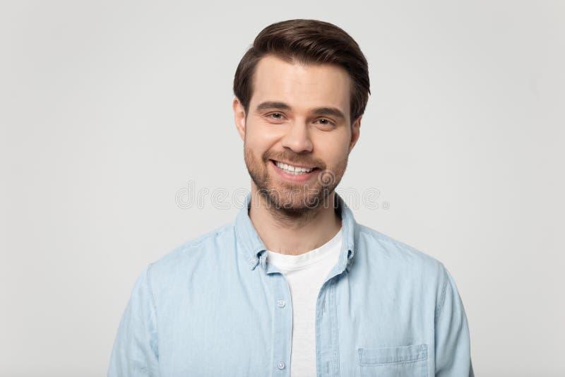 Headshot portret odizolowywający na popielatym pracownianym tle uśmiechnięty facet zdjęcie stock