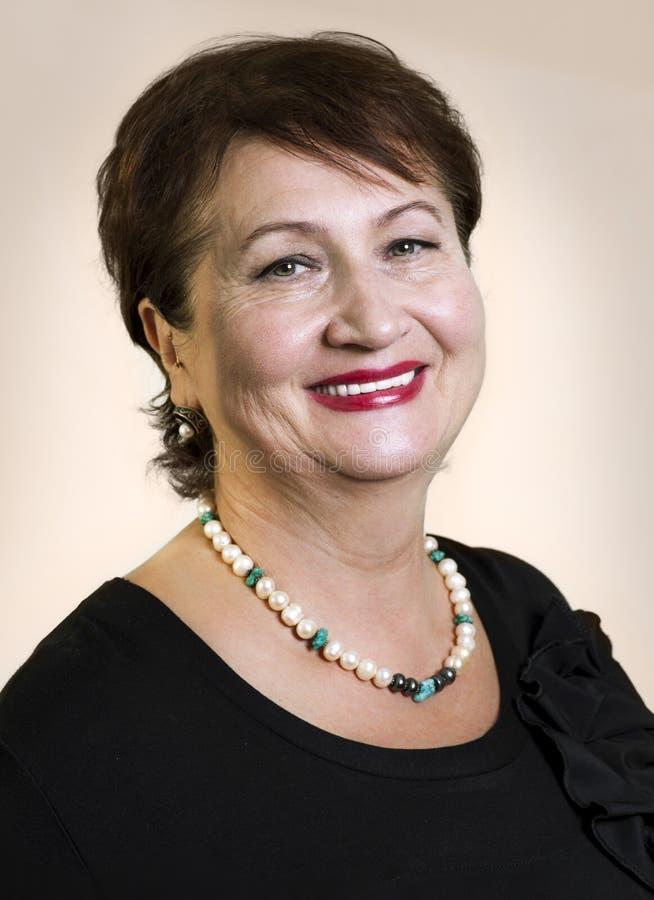 Headshot portret rozochocony starszy kobiety ono uśmiecha się obraz royalty free