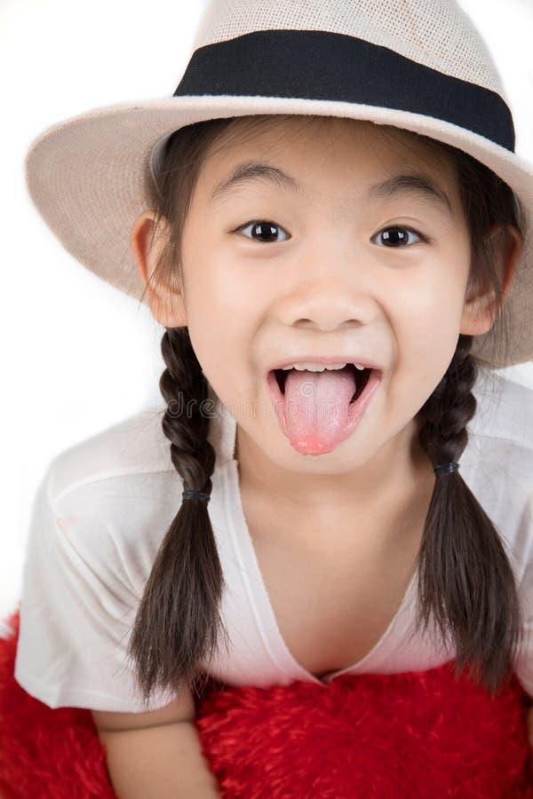 Headshot portret szczęśliwy śliczny dziewczyny przedstawienie ty jęzor zdjęcie stock