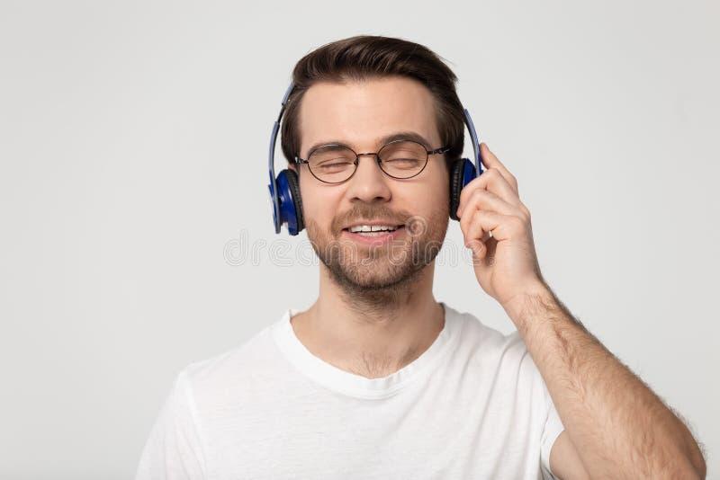 Headshot portreta facet jest ubranym hełmofony cieszy się muzycznego studio strzał obraz stock