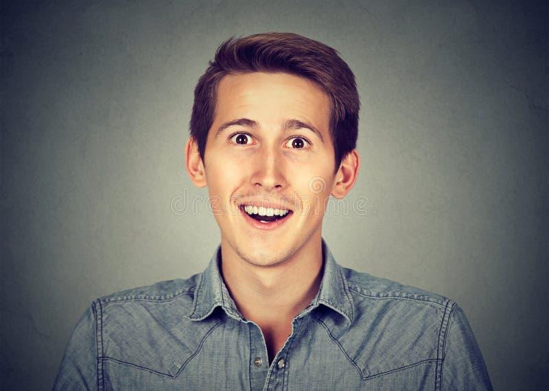 Headshot roześmiany młody człowiek zaskakujący zdjęcie stock