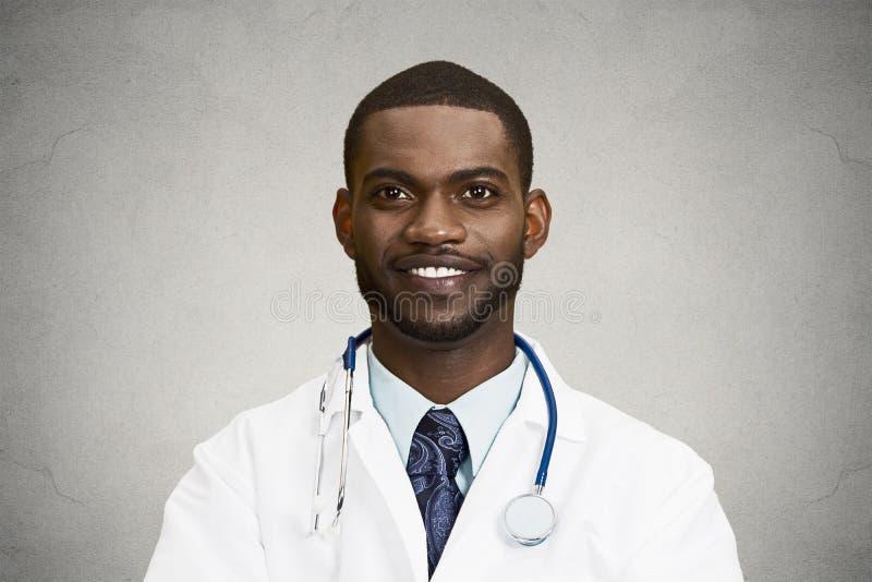 Headshot samiec szczęśliwa uśmiechnięta lekarka zdjęcie royalty free