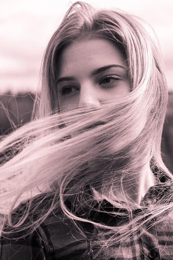 Headshot sur une jeune fille dans le vent image stock